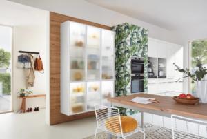 Vitrinenschränke mit Milchglas und Beleuchtung in moderner Küche