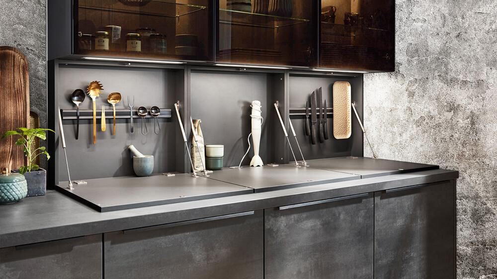 versteckter Stauraum in Nische in einer modernen Küche in Schiefernoptik