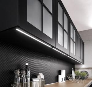 strukturierte Glaswand als Nischenrückwand in moderner Küche