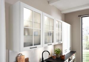 Sprossentüren mit Glaseinlagen in Landhausküche