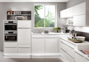 Beleuchtete Sockelleiste in moderner Küche