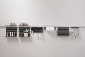 individuelles Relingsystem mit Papierrollenhalter, Hakenleiste, Mehrzweckablage